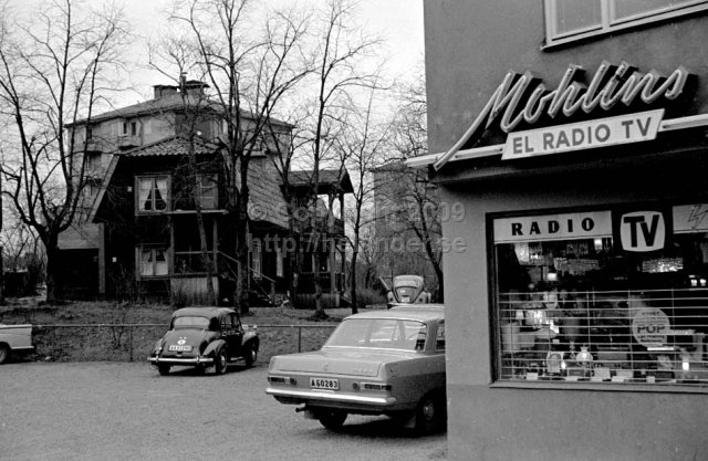 Mohlins El Radio TV, Pastellvägen 11, Johanneshov, Stockholm. (1966). See the same location in 2011 here.