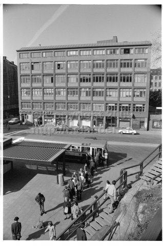 People queing for the nr 46 bus at Tjärhovsplan, Södermalm, Stockholm. (1971)